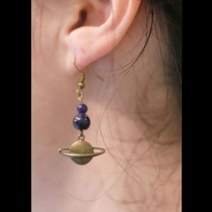 Boucles d'oreilles planète Saturne en bronze et perle rappelant la galaxie étoilée pour fan d'espace et d'astronomie par Divine et Féminine.