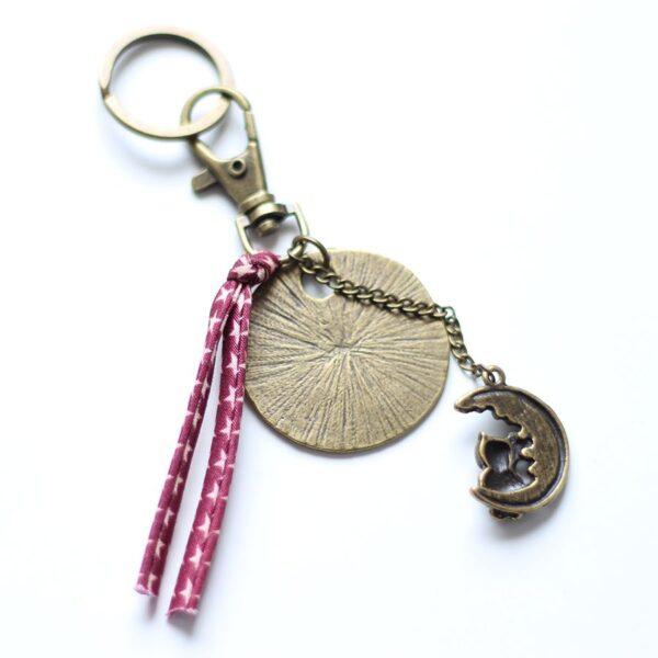 Porte clefs lune laiton bronze par Divine et Féminine.