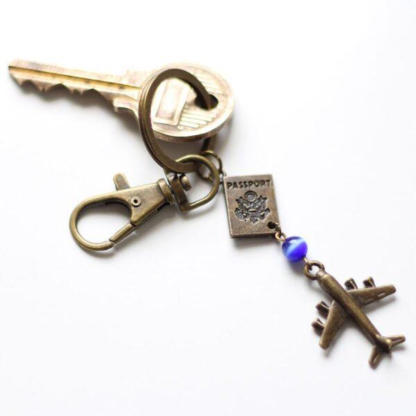 Porte clefs voyage, passeport et avion par Divine et Féminine.