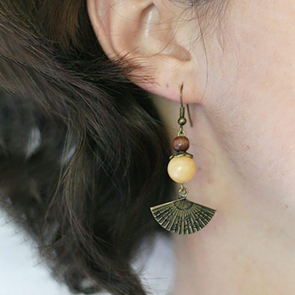 Boucles d'oreilles Japon éventail bronze et perles pierre et bois par Divine et Féminine.