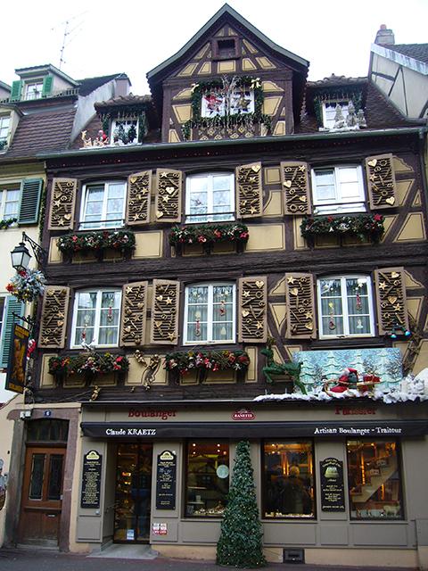 Façade d'un commerce décorée pour le marché de Noël de Strasbourg