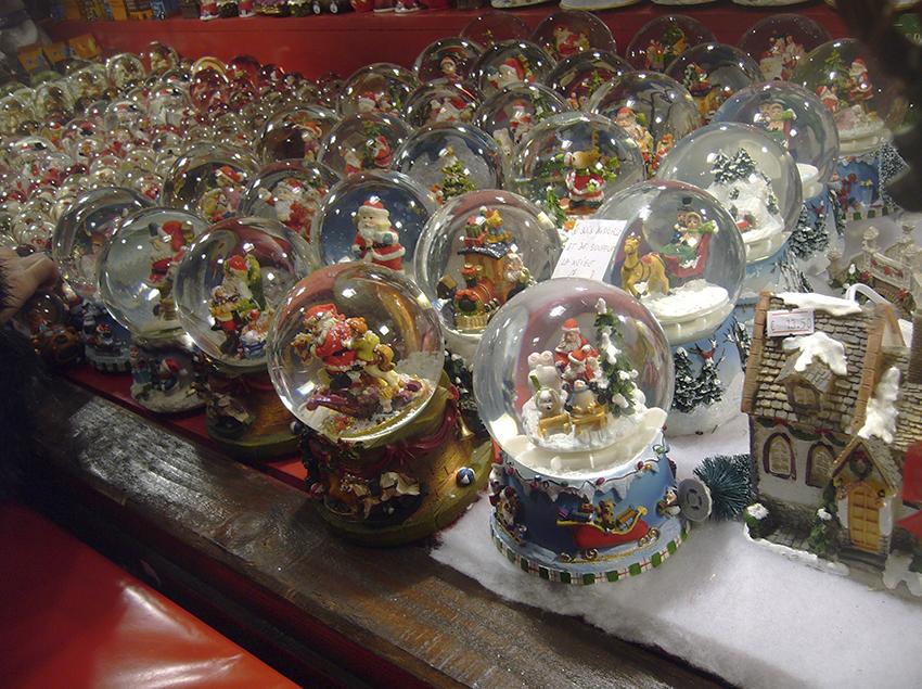 Vendeur de boules à neige sur le marché de Noël de Strasbourg
