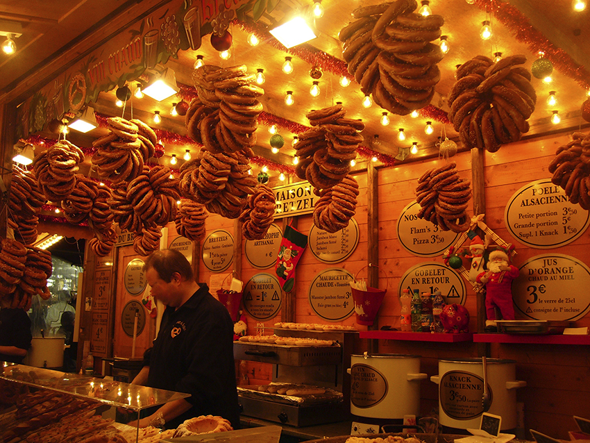 Vendeur de bretzel sur le marché de Noël de Strasbourg