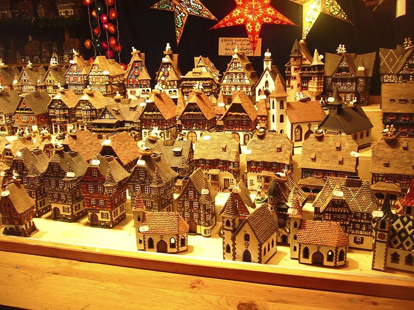 vendeur de maisonnettes décoratives sur le marché de Noël de Strasbourg