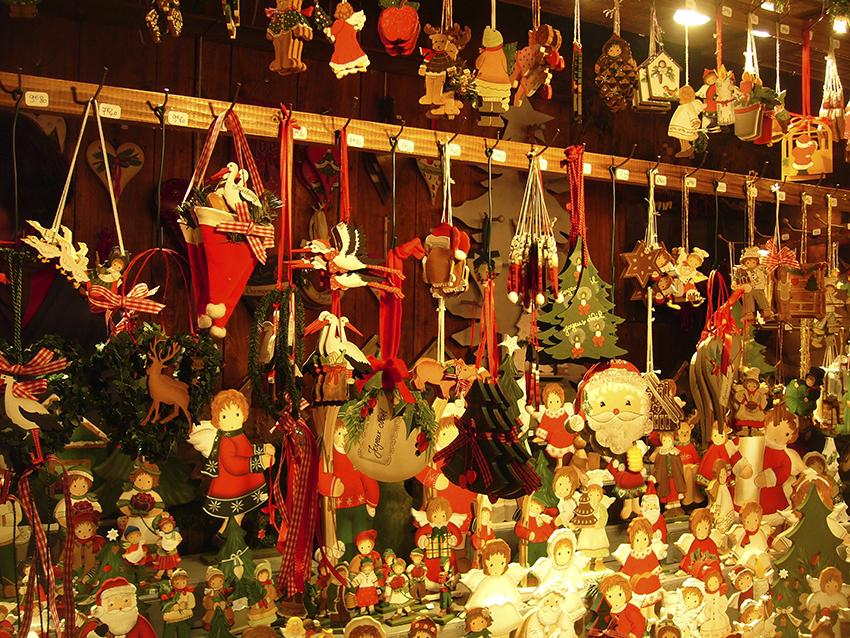 Stand de décorations de Noël sur le marché de Noël de Strasbourg
