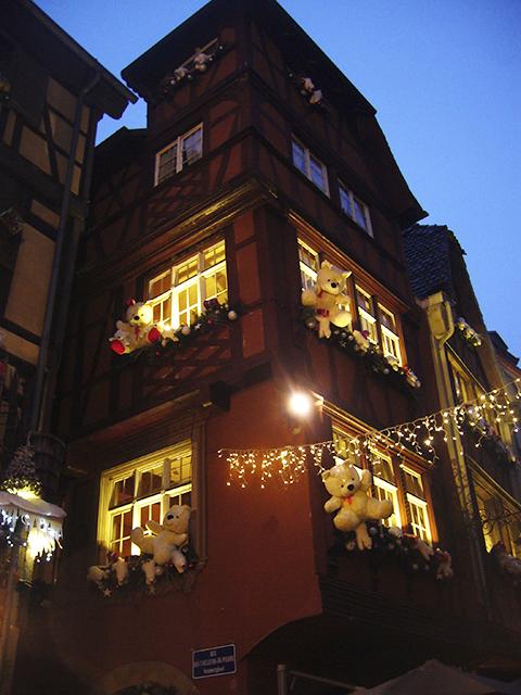 Angle de rue décoré pour le marché de Noël de Strasbourg