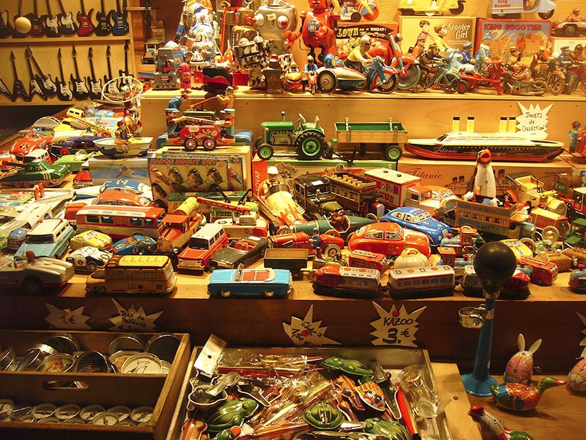 vendeur de jouets anciens en bois sur le marché de Noël de Strasbourg