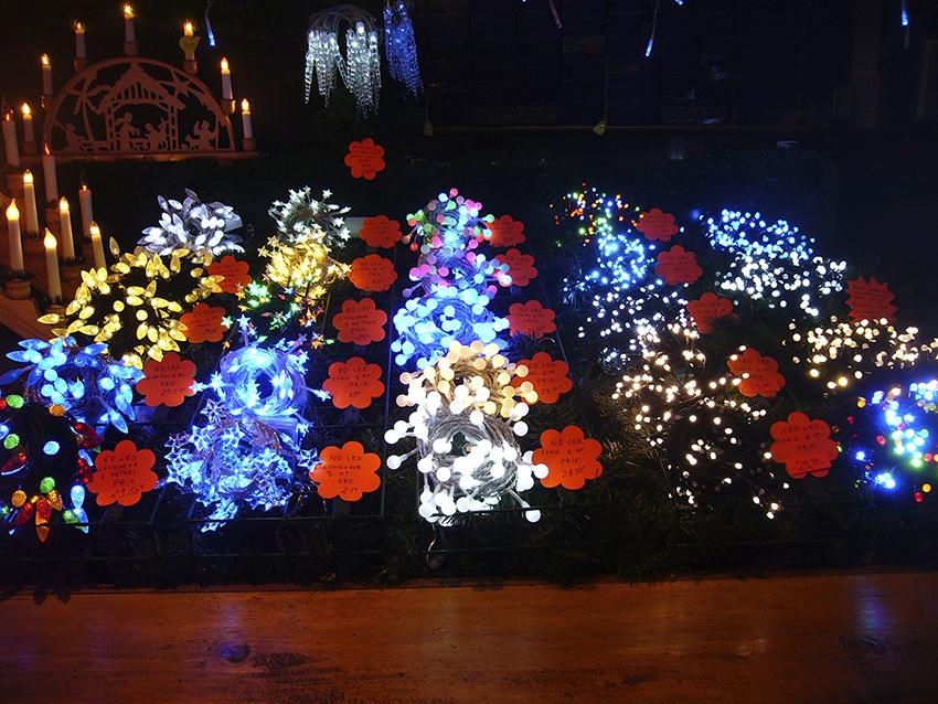 Stand de décorations lumineuses de Noël sur le marché de Noël de Strasbourg
