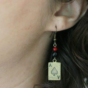Boucles d'oreilles carte as de pique en bronze pour joueuse par Divine et Féminine.