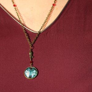 Collier grand méchant loup issu de la collection de bijoux sur le thème du petit chaperon rouge.