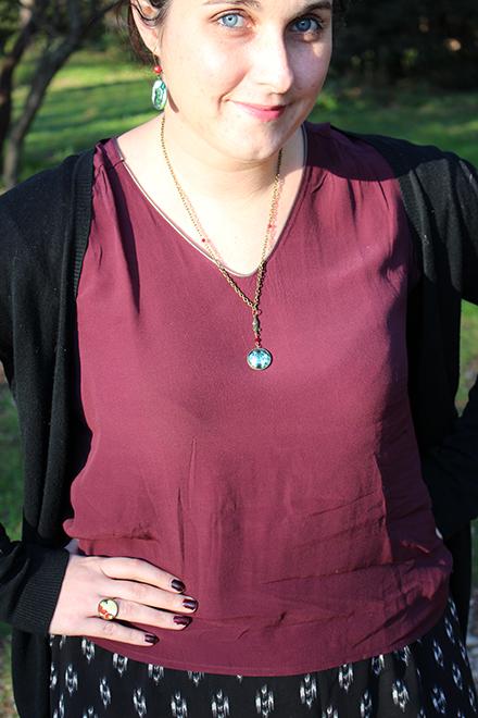Grand méchant look avec la collection de bijoux sur le thème du petit chaperon rouge, dans le parc de Vaugrenier.