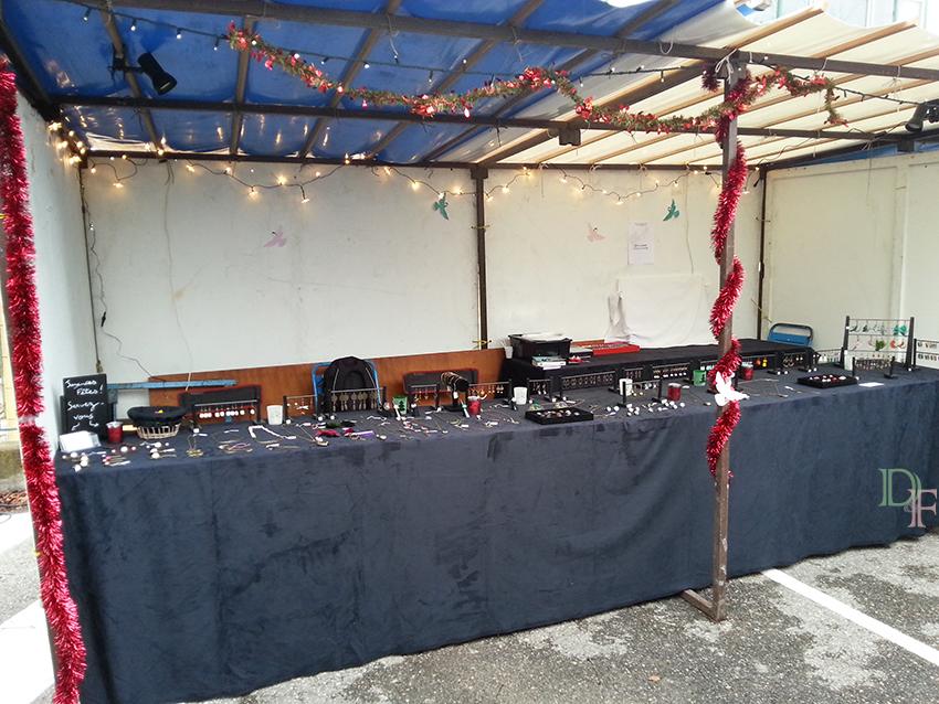 Stand de bijoux fantaisie et accessoires Divine et Féminine, sur le marché de Noël de Grasse Saint Antoine, en décembre 2014.
