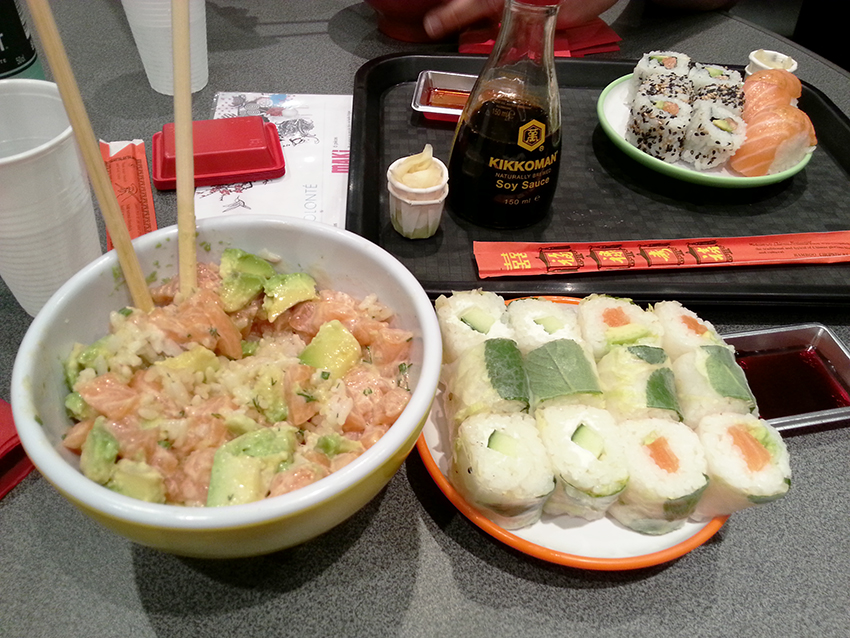 Le chirashi saumon avocat du menu sushi à volonté, au Sushi Spirit d'Antibes.