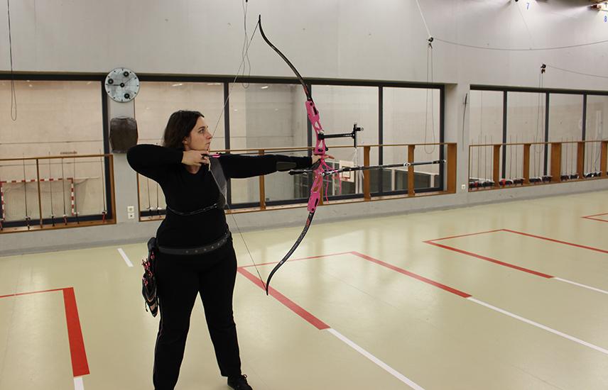 Entrainement de tir à l'arc en salle.