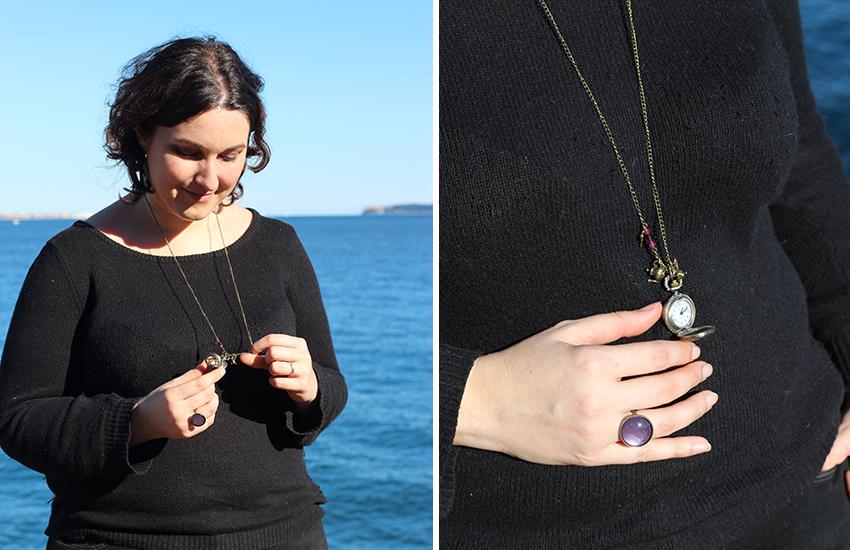 Bague violette et sautoir montre à gousset Alice au Pays des Merveilles.
