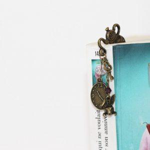Marque-page Alice au pays des merveilles en métal couleur bronze par Divine et Féminine.