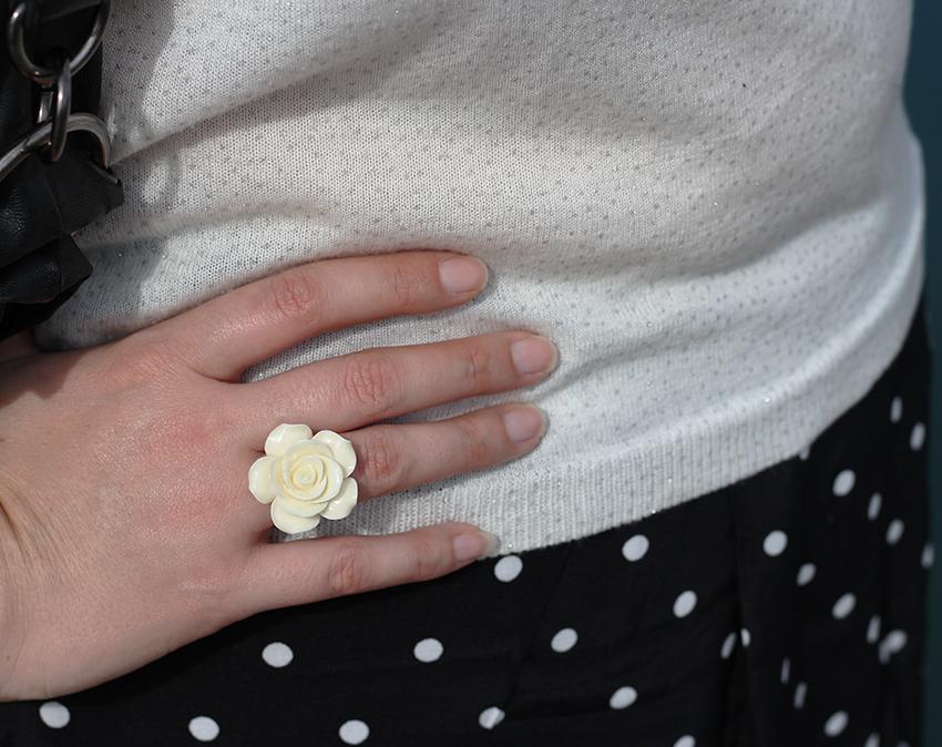 Bague rose blanche féminine.