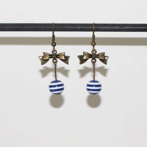 Boucles d'oreilles noeud papillon bronze et perle rayée façon marinière par Divine et Féminine.
