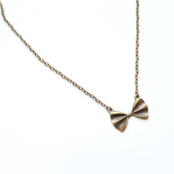 Collier noeud papillon en laiton couleur bronze par Divine et Féminine.