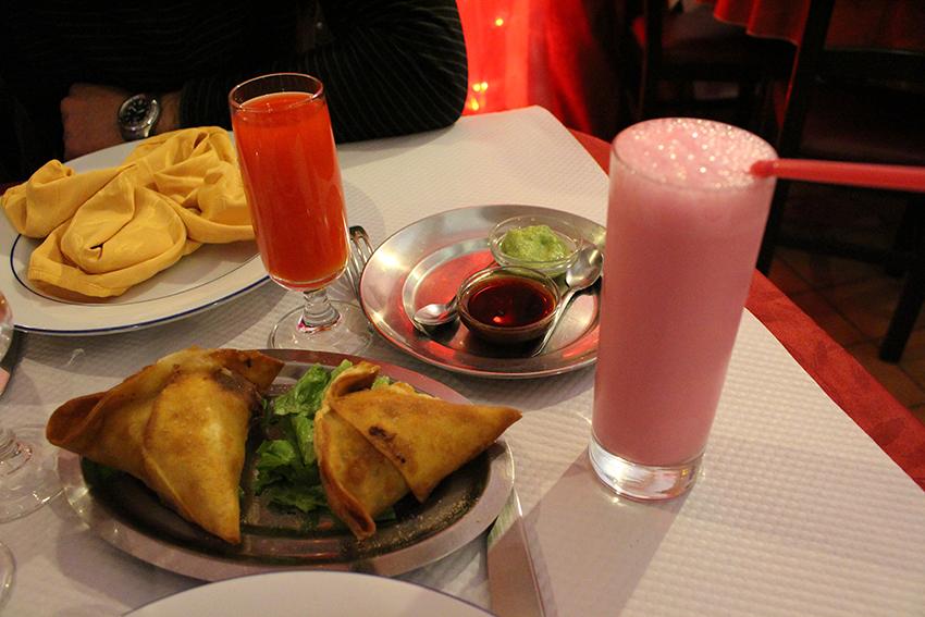 Samossas, cocktail indien et lassi à la rose du restaurant Chamkila d'Antibes.