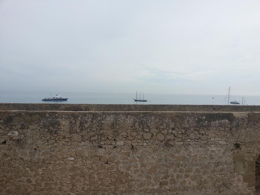 Des bateaux au dessus du fort carré d'Antibes.