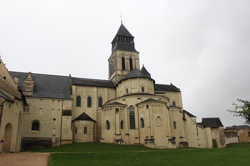 Vue arrière de l'Abbaye royale de Fontevraud.