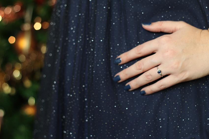 Robe bleue marine à paillettes et bague de fiancaille.