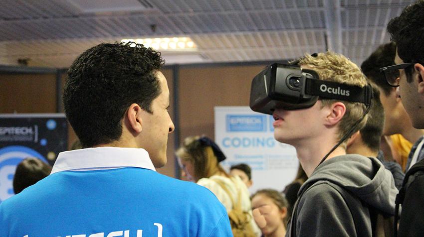 Casque-lunette de jeux connecté, au Festival International des Jeux, à Cannes.