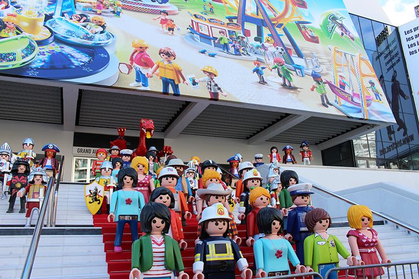 Playmobils géants devant le Palais des Fesival pour le Festival International des Jeux, à Cannes.