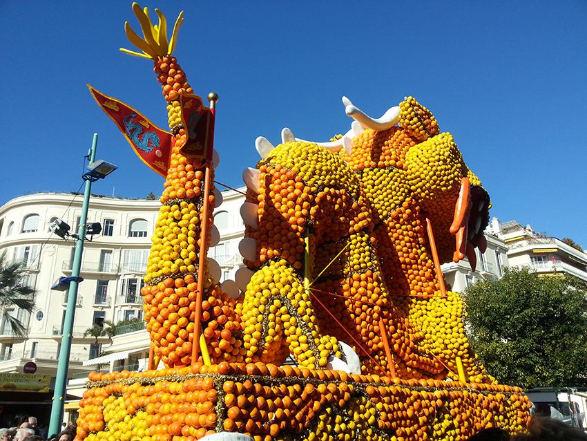 Dos d'un char de la fête du citron de Menton, représentant un dragon.