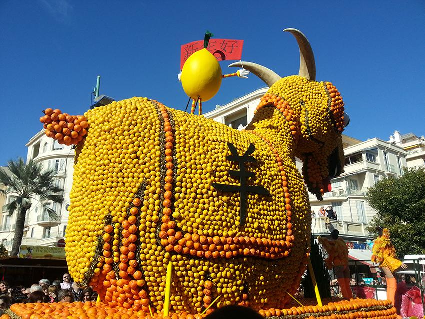 Dos d'un char de la fête du citron de Menton, représentant une chèvre.