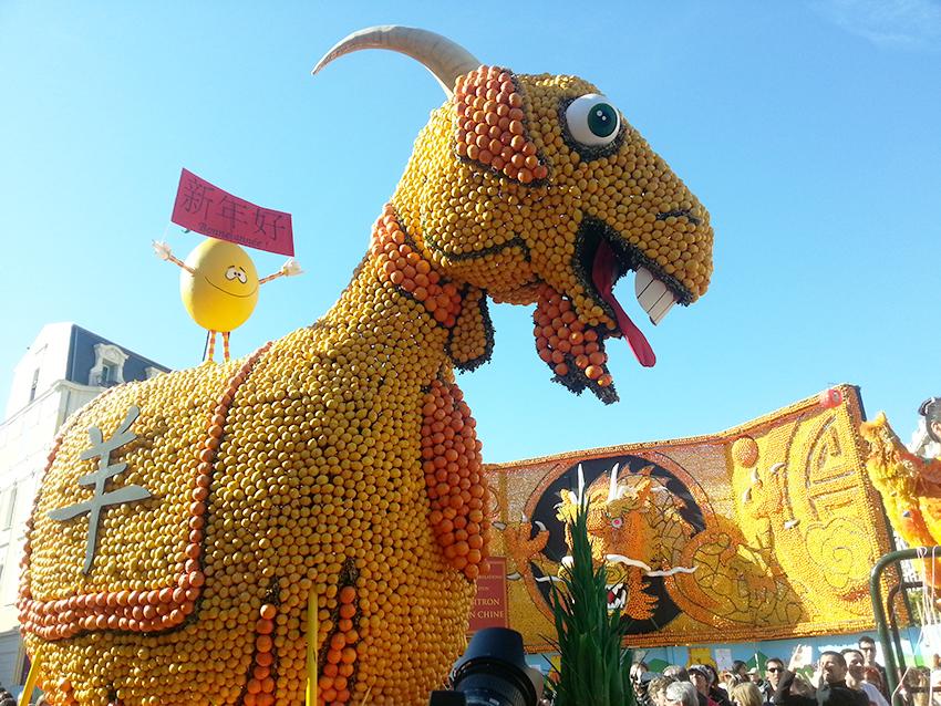 Char représentant l'année chinoise de la chèvre à la fête du citron de Menton.