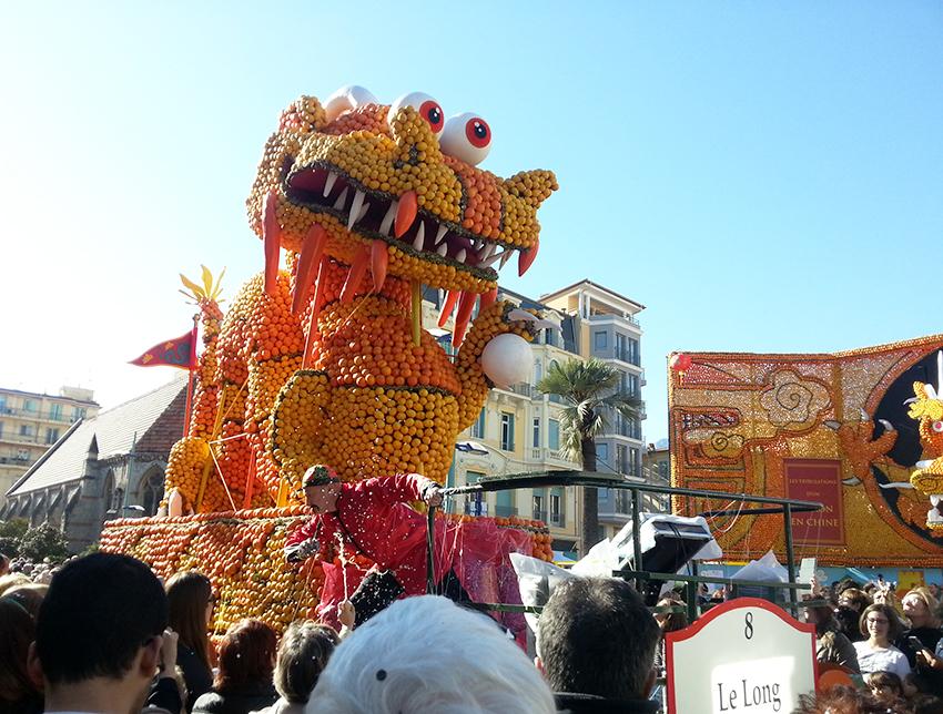 Char de la fête du citron de Menton, représentant un monstre chinois.