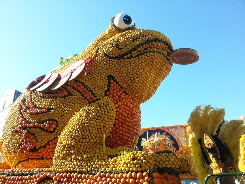 Char représentant une grenouille porte bonheur à la fête du citron de Menton.