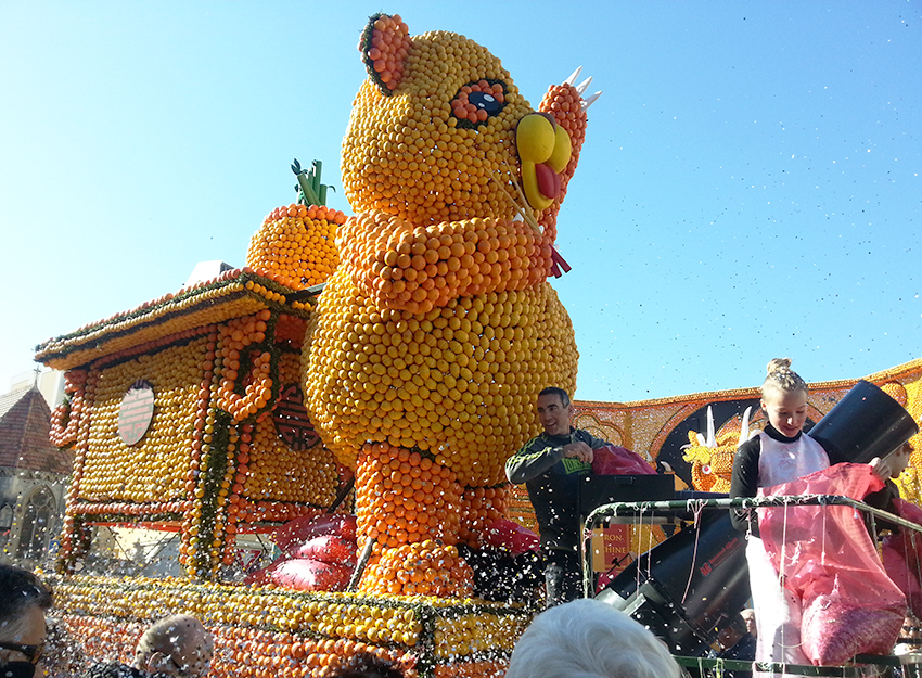Char représentant un panda, à la fête du citron, de Menton.