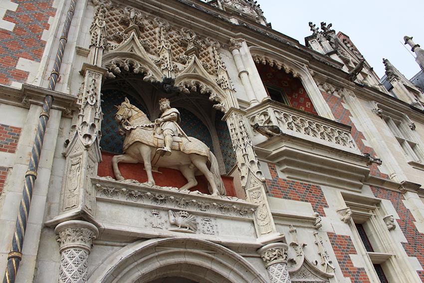 Statue de Louis XII au dessus de la porte d'entrée du château de Blois.