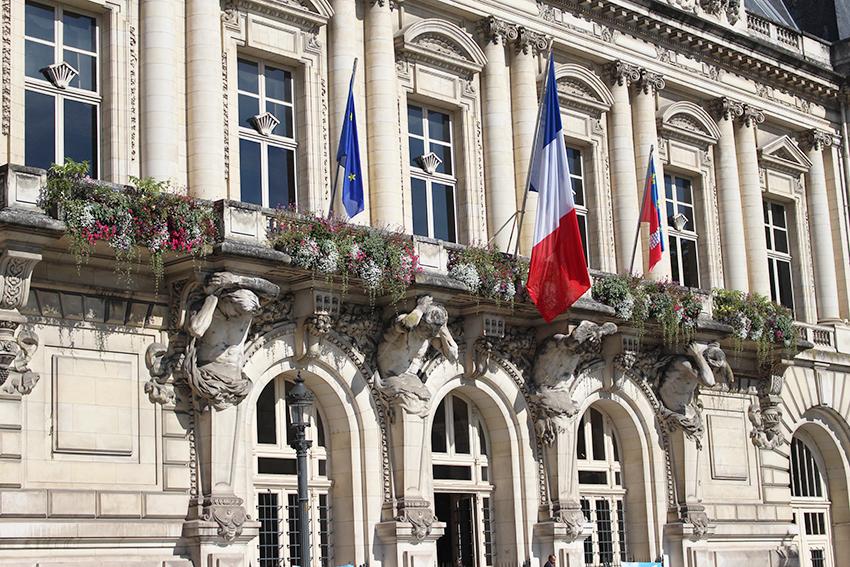 Atlantes sur la façade de la mairie de Tours.