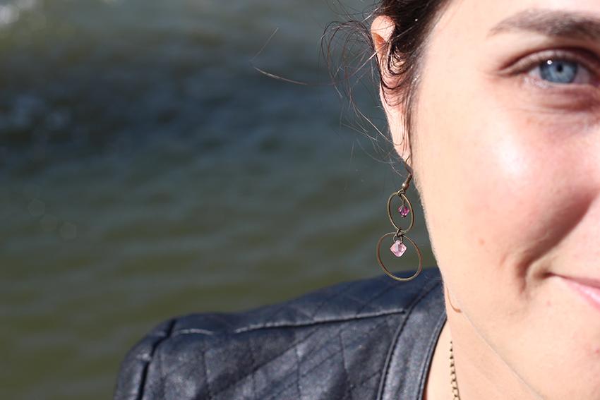 Boucles d'oreilles anneaux et cristaux rose et violet, création de Divine et Féminine.