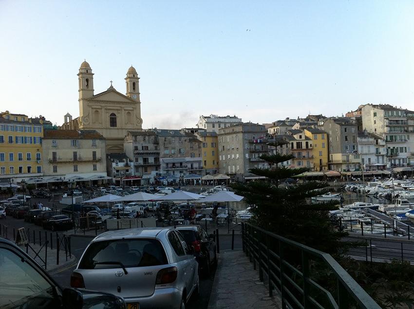 Vue sur le port de Bastia et l'église Saint Jean-Baptiste.