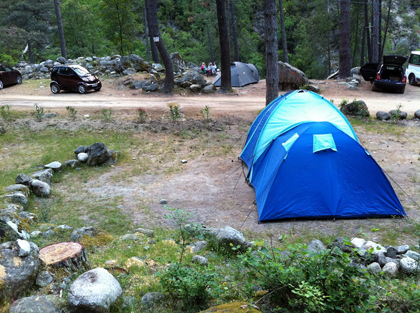 Camping dans la vallée de la Restonica, en Corse.
