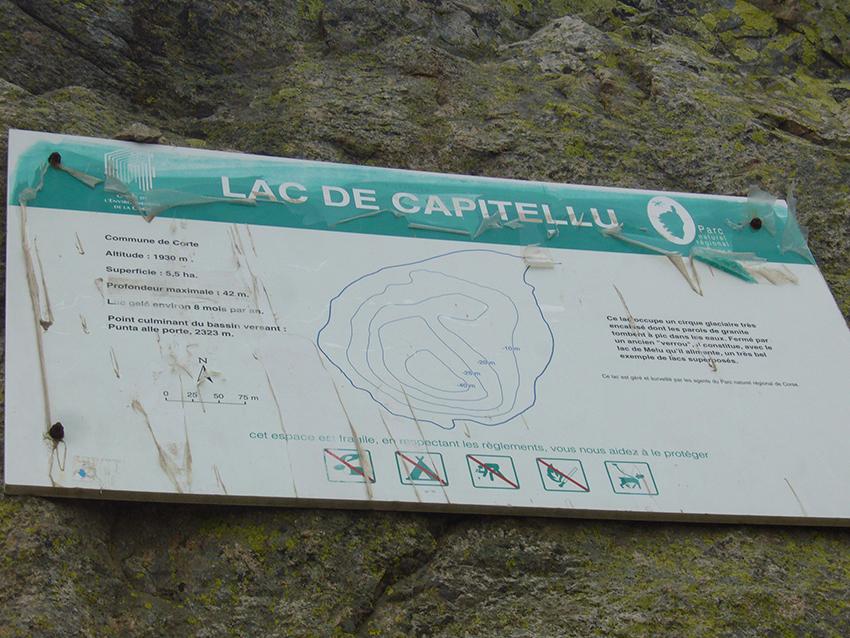 Panneau d'informations sur le lac du capitellu, en Corse.