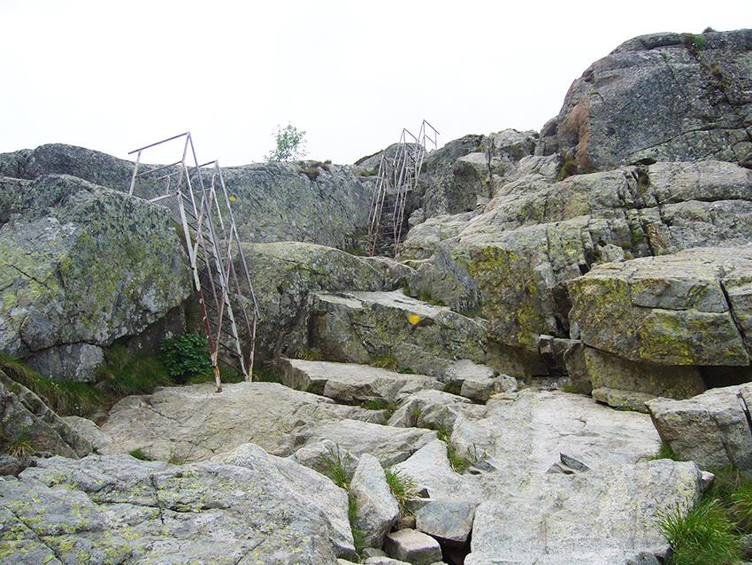 Randonnée difficile en Corse, avec échelles dans la vallée de la Restonica.