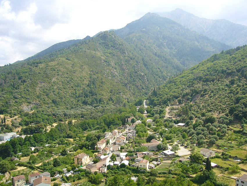Vue sur la vallée de la Restonica, depuis la citadelle de Corte, en Corse.
