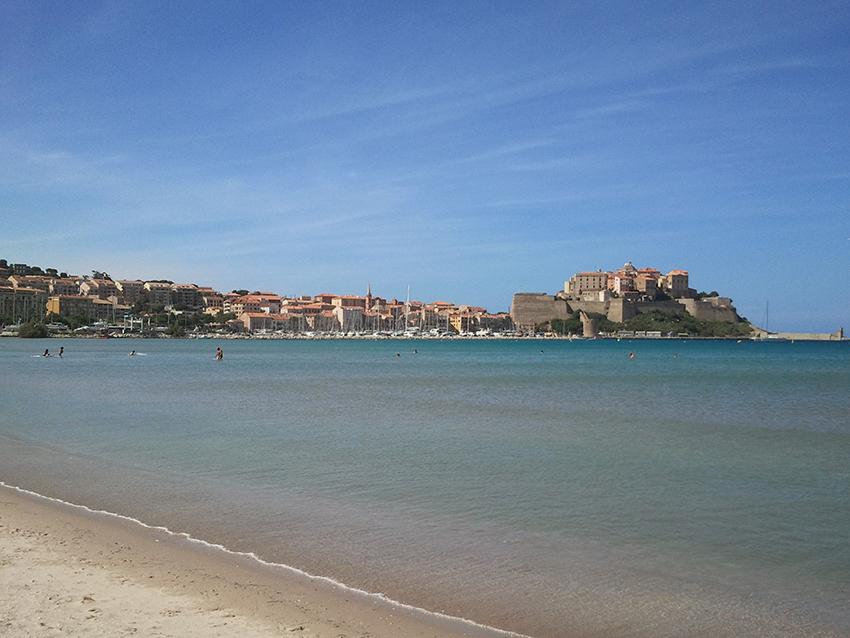 Ville et citadelle de Calvi, en Corse.