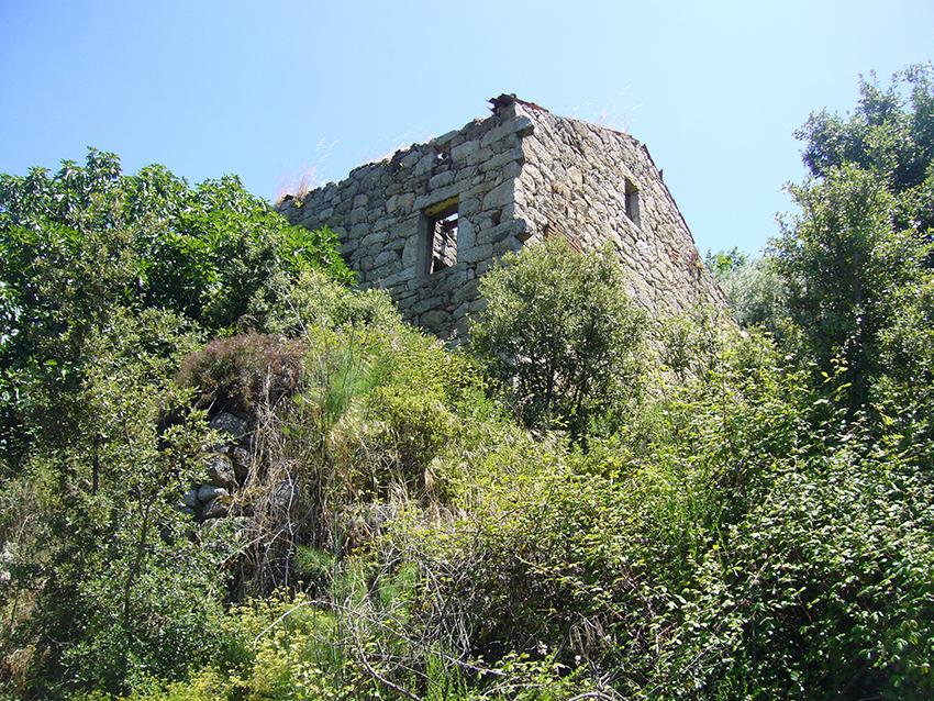Randonnée au milieu des ruines du village abandonné de Monticchi, en Corse.