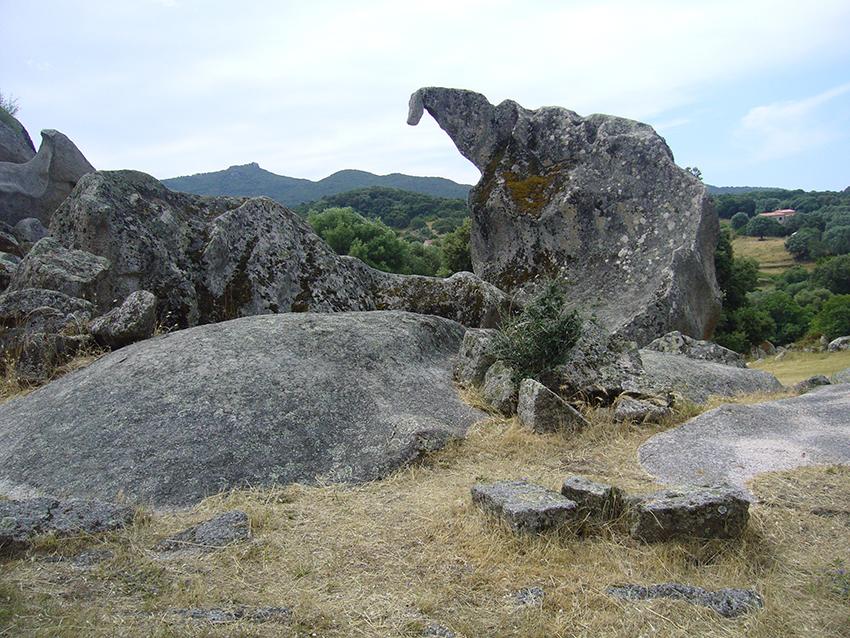 Rocher sous la forme d'un dinosaure, sur le site préhistorique de Filitosa, en Corse.