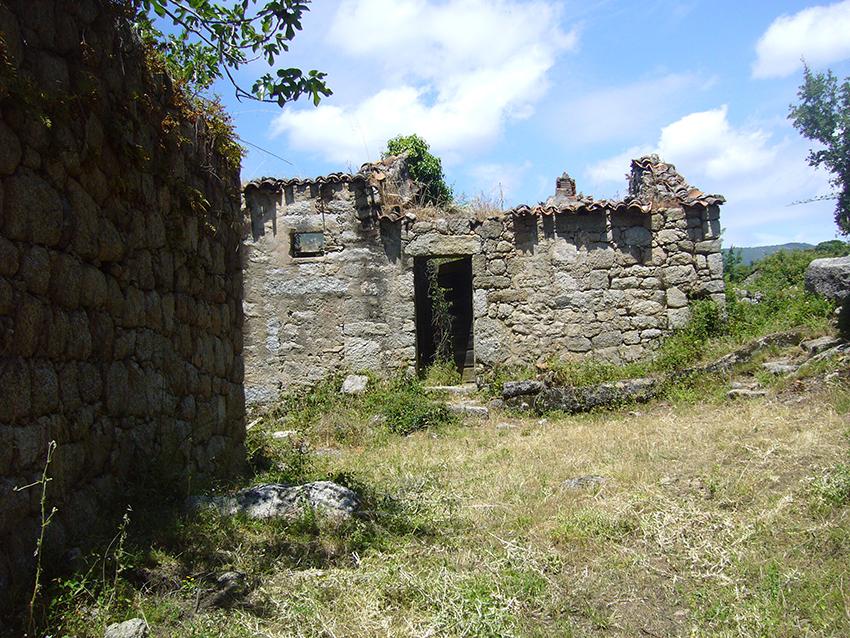 Maison en ruines du village abandonné de Monticchi, en Corse.