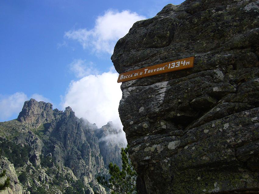 Randonnée jusqu'à la bocca di u truvone, dans les aiguilles de Bavella, en Corse.