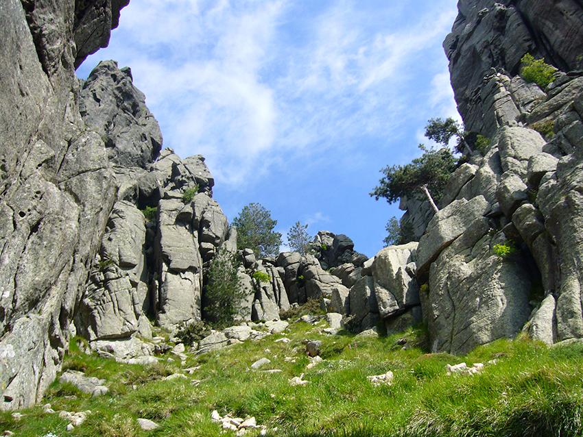 Randonnée nature en Corse, dans les aiguilles de Bavella.