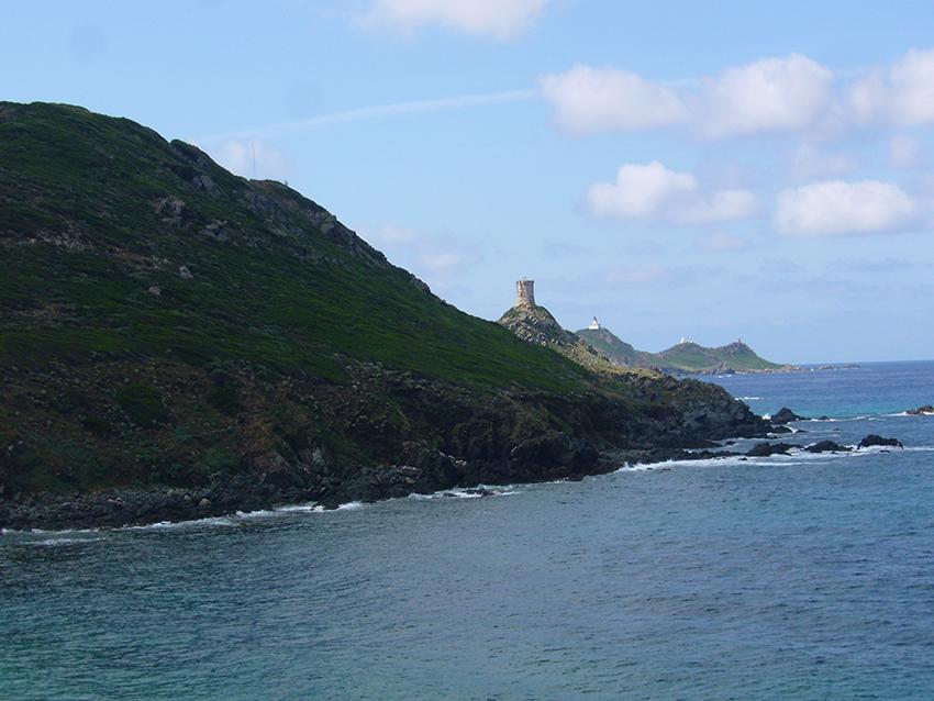 Randonnée depuis la pointe de la Parata vers Capo di Feno, en Corse, avec vue sur les iles sanguinaires.